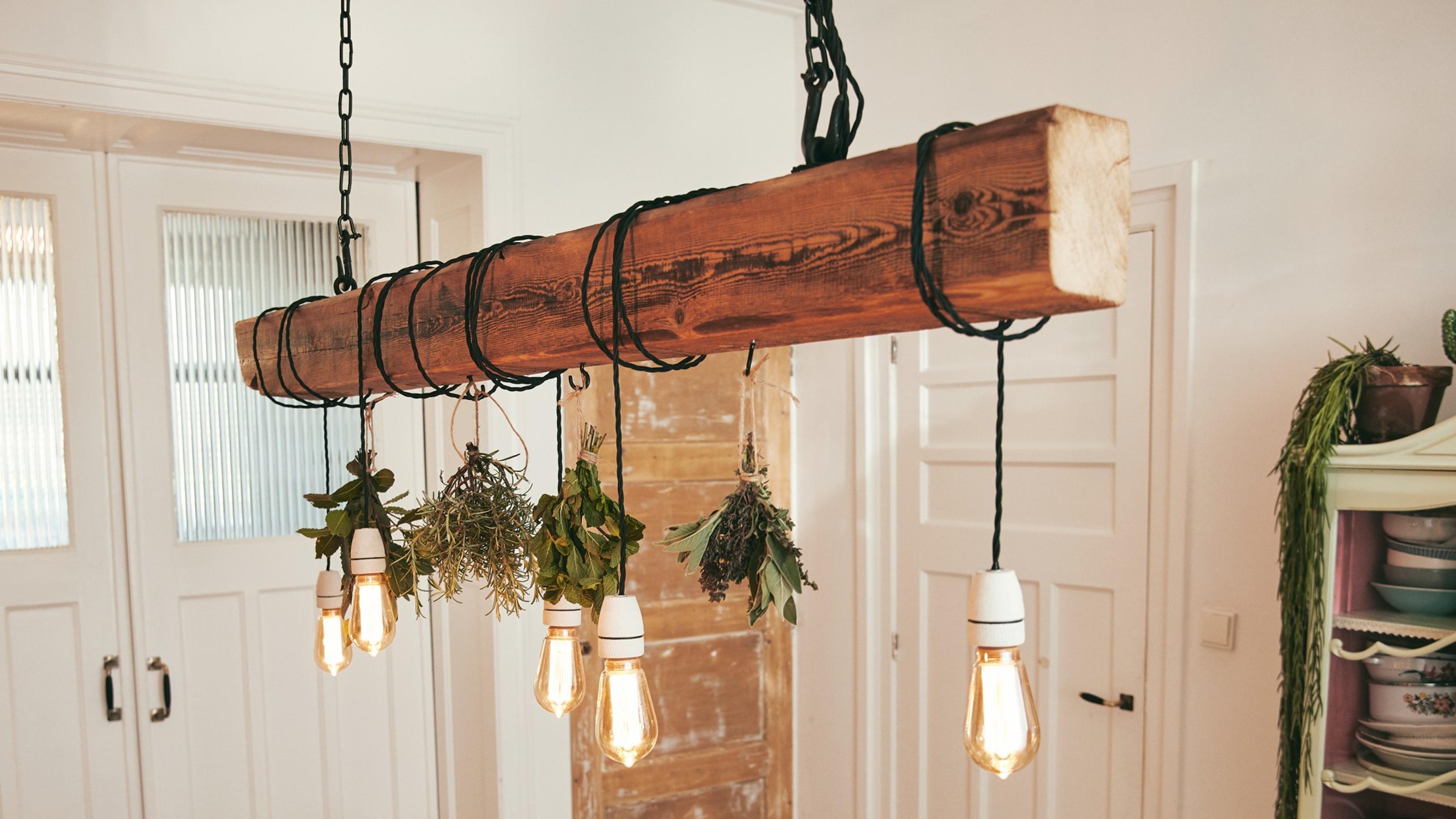 Deckenlampe Zum Selber Bauen Dieser Holzbalken Sorgt Fur Licht Auf Dem Esstisch Bosch Diy
